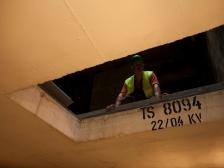 Václav Trávníček, vedoucí pracovní čety údržbářů, kotroluje uložení nového transformátoru do trafostanice TS 8094.