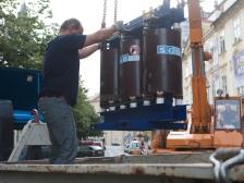 Nakládání poškozeného transformáturu na přistavený nákladní vůz.