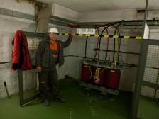Nový transformátor na starém místě a Ing. Josef Bína, který na výměnu a opětovné uvedení trasformátoru do provozu dohlížel.