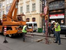 Zaměstnanci společnosti pozorně sledují vytažení 780 kilogramů těžkého trafa.