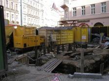 Hloubení kolektorové šachty Š 23 při stavbě kolektoru Vodičkova.