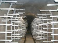 Kolektorová chodba vybavená ocelovýni konstrukcemi pro uložení kabelů IS.